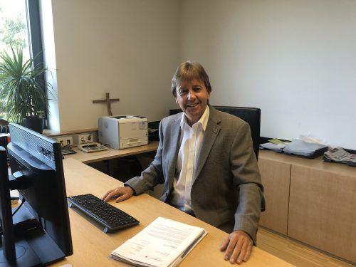 Fritz Maierhofer hat seinen Schreibtisch im Gemeindeamt Koblach schon fast komplett geräumt. Heute Abend übergibt er sein Amt als Bürgermeister. VN/gms