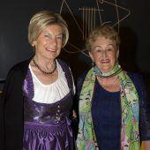 Kabarettistin macht Nägl mit Köpf