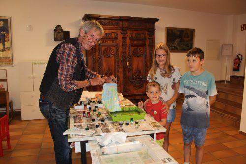 Gerne nahmen Konrad, Ferdinand und Hannah ihre marmorierten Blätter mit nach Hause. str