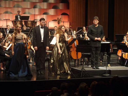Großen Applaus gab es für das Solistentrio Marie Isabel Kropfitsch (Violine), Julia Hagen (Violoncello) und Maximilian Kromer (Klavier) mit Dirigent Christoph Eberle.