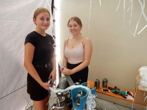 Hanna und Anna-Lena hatten beim Luftballonstand alle Hände voll zu tun.