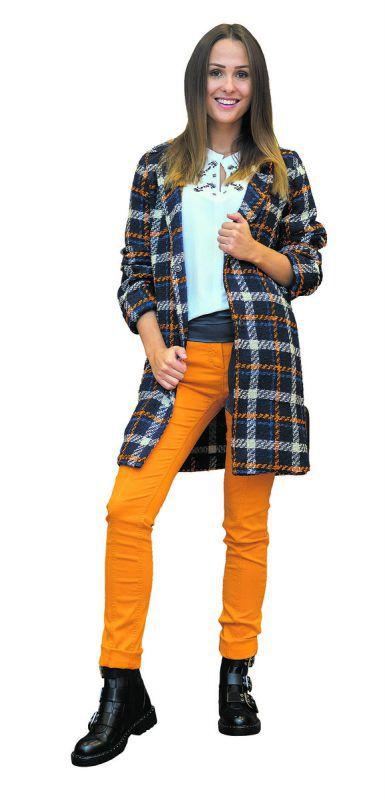 Herbstlich              Lisa aus Dalaas trägt ein Outfit von Jones in Dornbirn, Mantel (169,95 €), Bluse (89,95 €), Hose (99,95 €), Gürtel (39,95 €) und Schuhe (179,95 €).               VN/Steurer