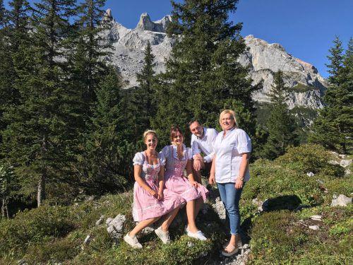 Hüttenwirt Thomas Beck mit seiner Frau Andrea (52) und seinen Töchtern Annalena (26) und Valentina (28) am Fuße der Drei Türme. Beck