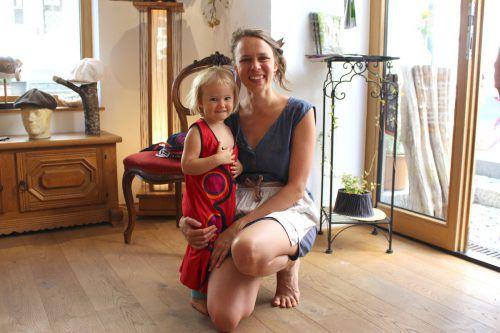 Hutmacherin Lea Wimmer mit Nichte Rikka Wimmer.