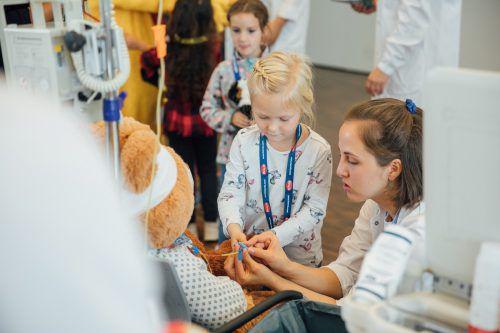 Im Teddybär-Krankenhaus legen die Kinder auch selber Hand bei der Behandlung der erkrankten oder verletzten Teddybären an. VN/Sams