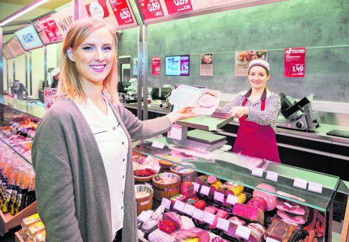 In der Feinkostabteilung kann man für Käse, Wurst, Fisch oder Antipasti eigene Behälter mitnehmen. Das spart Verpackungspapier und Plastik!