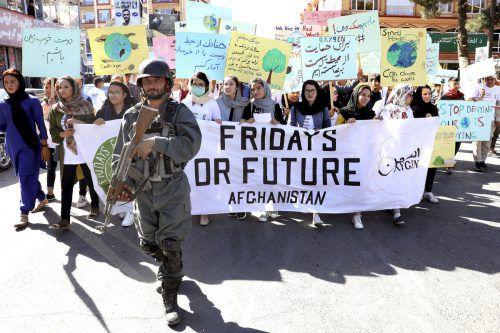 In Kabul haben sich jungeFrauen zum Fridays-for-Future-Protest formiert.AP