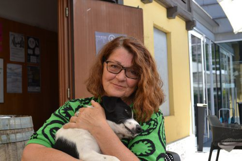 Ingrid Gassner mit der personifizierten Lebensfreude auf dem Arm. BI