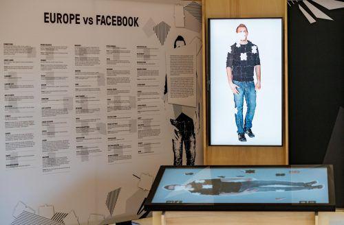 Interaktive Stationen zeigen die Daten, die Facebook über eine Person speichert.
