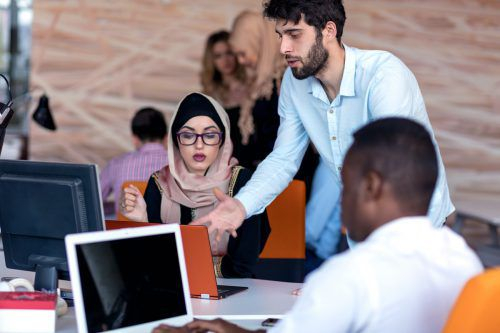 Internationalität und Offenheit in einem Betrieb erhöht die Denkrichtungen der Belegschaft und dadurch ihre Kreativität.