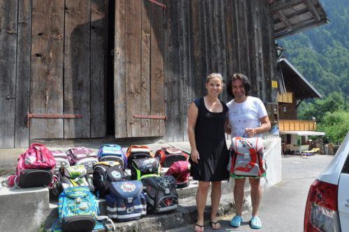 """Isabelle Neukam mit Joe Fritsche, Obmann der Hilfsorganisation """"Stunde des Herzens"""", bei der Übergabe der Schultaschen. EV Schruns"""