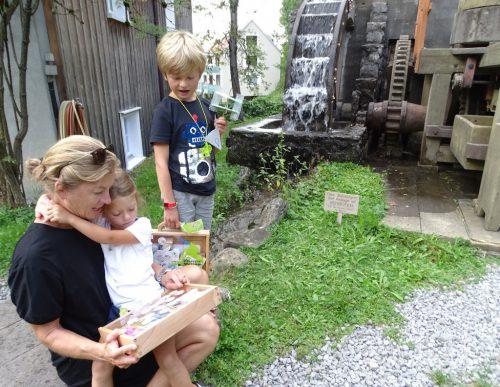 Jakob und Hannah Grabher aus Lustenau mit ihrer Mama.