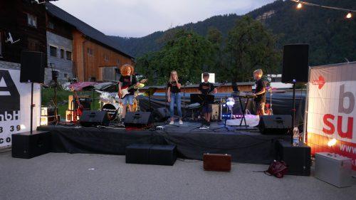 """Janine, Leon, Mika, Kelvin und Ruben heizten mit ihrer Band """"Forward Control"""" mächtig ein.Sandra Kathan"""