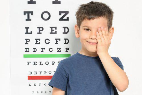 """""""Je früher die Kurzsichtigkeit beginnt, desto höher sind in der Regel die Endwerte"""", sagt Augenexperte Simon Bitsche."""