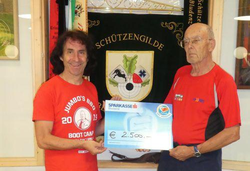 Joe Fritsche konnte von Rudolf Rudari einen 2500-Euro-Spendenscheck entgegennehmen. MEL