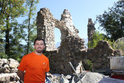Jürgen Vallaster ist für die Restaurierungsarbeiten zuständig. vn/jlo