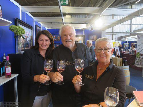 Jungwinzerin Victoria Kugler (l.) erhält mit Ulrich Rhomberg und Brigitte Albrich Unterstützung aus Vorarlberg. HA