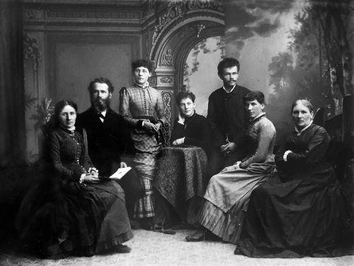 Katharina Back-Lentsch (rechts) mit ihren Töchtern und Schwiegersöhnen im neuen Fotostudio Bregenz um 1890.