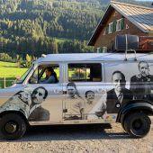 Erzählbus tourt mit alten Fotos durchs Tal
