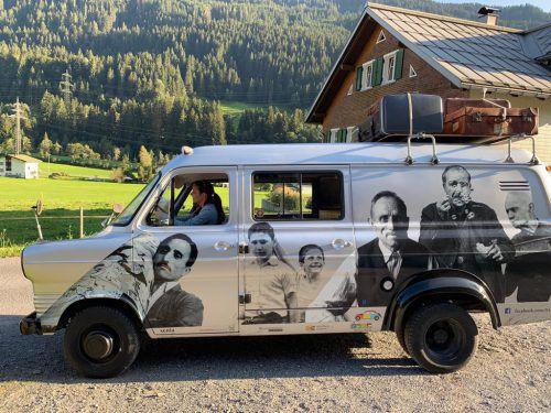 Kathrin Novis übt sich bereits im Museumsbus-Fahren. museum