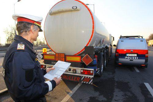 """Kontrolle eines Gefahrengütertransportes auf der Straße. Das Resultat einer kürzlich durchgeführten """"Aktion scharf"""" fiel ernüchternd aus. Smbol VN/HB"""