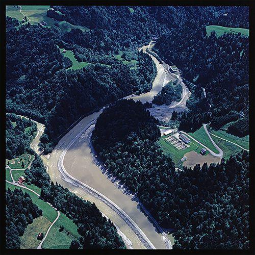 """Luftaufnahme des Kraftwerks 1992. Links: Diese Pläne hatten die Initiative """"Rettet die Ach"""" mobilisiert.Volare, VKW"""