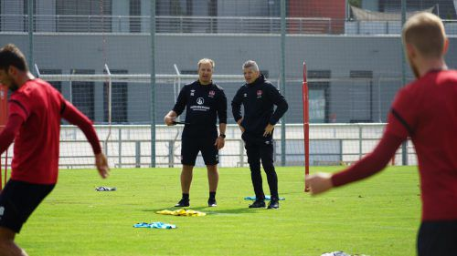 Mathias Berthold (rechts) in Beobachter-rolle beim Club-Training. Club