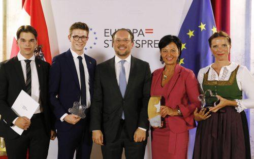 Minister Schallenberg (M.) mit Preisträgern.tatic