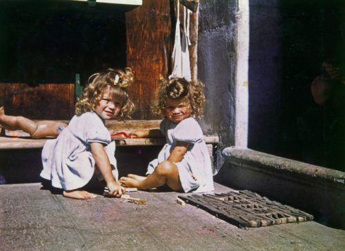 Monika (l.) und Ingrid gab es nur im Doppelpack. Sie verbrachten den ganzen Tag miteinander. Bild ganz links: Monika heute. kum