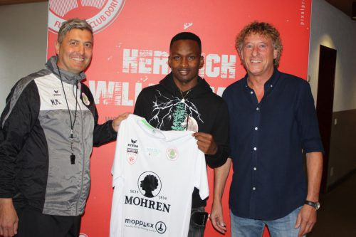 Neo-FCD-Spieler Madiu Bari (l.) mit Sportchef Peter Handle.Knobel
