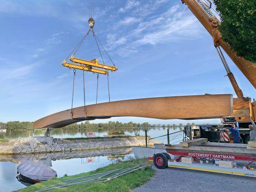 Neue Holzbrücke für Fußgänger verläuft nun über der Hafeneinfahrt. ajk