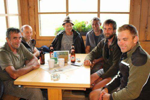 """Nicht nur die vielen Bergwanderer, die auf der Alpe Unter Auenfeld eine Rast einlegen, auch die """"Schwender"""" fühlen sich in der guten Stube wohl."""