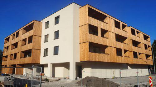 Noch umgeben Bauzäune das neue Gebäude, in das in Bälde schon die ersten Bewohner einziehen sollen. ceg