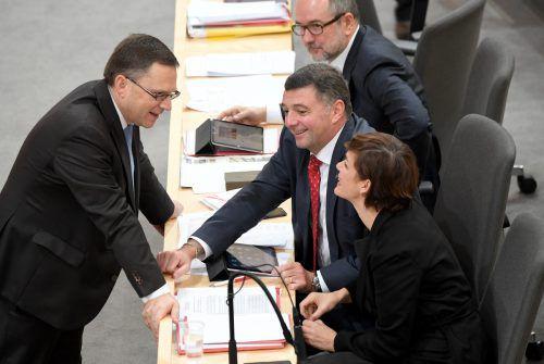 ÖVP-Klubchef Wöginger (l.) mit SPÖ-Obfrau Rendi-Wagner und SPÖ-Mandatar Leichtfried: Ihre Parteien brachten Mautanträge ein. Diese werden verfallen.APA