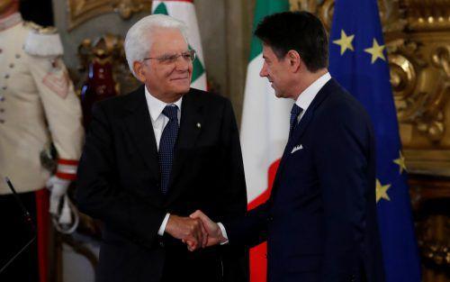 Präsident Mattarella (links) und der neue alte Regierungschef Conte. reuters