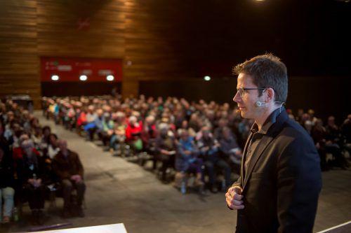"""Primar Philipp Werner eröffnet das MedKonkret-Herbstsemester mit seinem Vortrag """"Mich trifft der Schlag!"""". VN"""