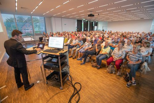 Primar Philipp Werner wusste die vielen Zuhörer im Panoramasaal des LKH Feldkirch mit seinen theoretischen und praktischen Ausführungen zum gefürchteten Schlaganfall zu überzeugen. vn/sams