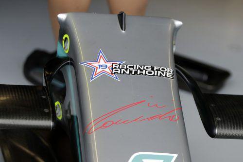 """""""Racing for Anthoine"""" steht auf dem Boliden von Lewis Hamilton. AP"""