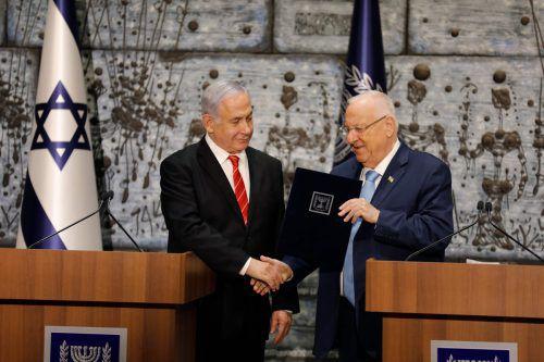 Rivlin erteilte Netanjahu am Mittwochabend in Jerusalem offiziell das Mandat. afp