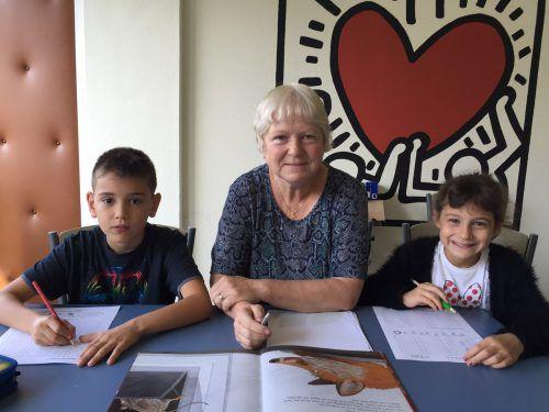 Rosa Maria Deutscher wiederholt mit Tura (l.) und Berna englische Grammatik, damit sie für das neue Schuljahr gerüstet sind. kum
