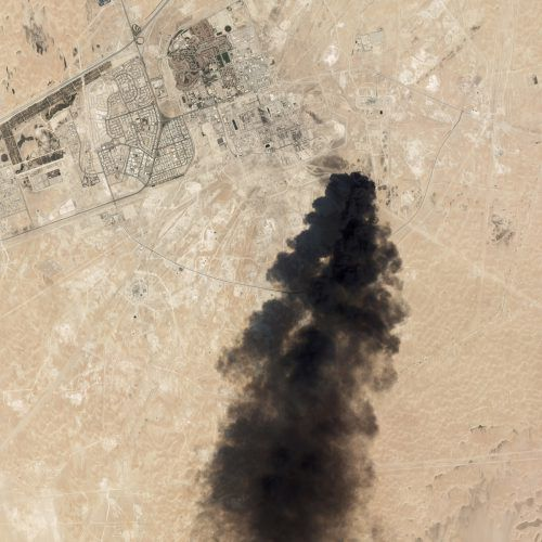 Satellitenbild der Angriffe auf die saudische Ölraffinerie in Buqyaq. Die Brände sind laut Energieministerium unter Kontrolle. AP