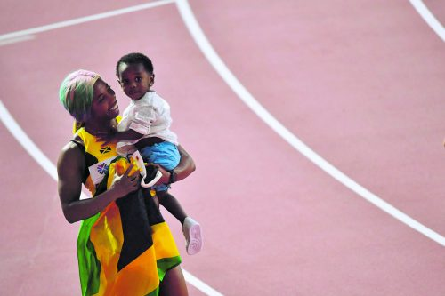 Shelly-Ann Fraser-Pryce feiert 100-m-Gold mit Sohn Zyon.apa