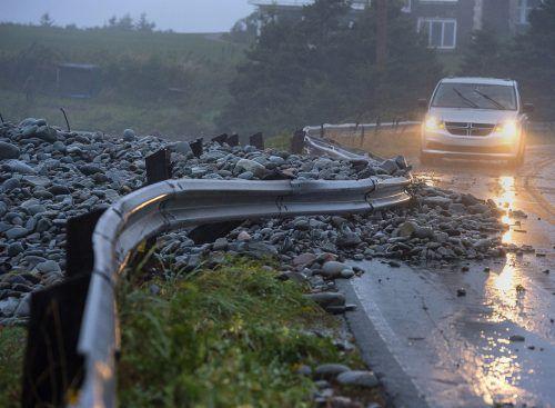 Starke Flutwellen trieben Felsen auf Straßen in Nova Scotia. ap