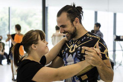 Tango en Punta: Hier begegnen sich beim Tanzen Menschen mit und ohne Behinderung in einer Umarmung.                               Ishka Michocka