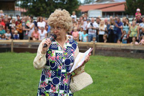 """""""Tante Trudi"""" Heike Montipeler moderierte die Rennen."""