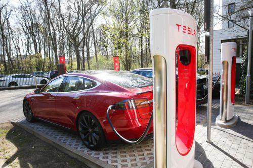 tesla hat mit der Aufrüstung seiner europäischen Schnellladestationen begonnen. Die Supercharger der zweiten Generation sollen künftig in der Spitze 150 kW statt wie bisher 120 kW leisten. Die Ladedauer für die Modelle der Amerikaner dürfte sich dadurch um rund 25 Prozent verkürzen. In den USA hat Tesla das Upgrade bereits durchgeführt.