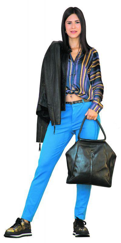 """Trendig              Sabine in einem schicken Outfit von ALTON Schuh-Mode-Sport"""" in Feldkirch: gestreifte Bluse 99,95 €,Lederjacke 239,90 €, Hose 99,95 €, Tasche 229,90 €, Sneaker 255 €.               VN/steurer"""