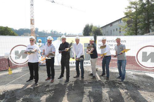 Valon Hasani (Projektleiter), Manfred Himmer, Bürgermeister Wolfgang Matt, Bernhard Bertsch, Architekt Robert Gau, Thomas Schöpf und Peter Marte (v.l.) beim Spatenstich. stadt