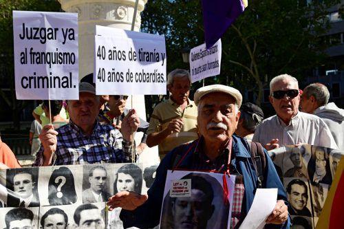Viele Protestierende haben sich vor dem Gerichtsgebäude eingefunden. AFP