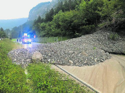 Zwischen Dalaas und Braz kam es zu einer starken Verlegung der Fahrbahn durch eine Mure. Feuerwehr Braz